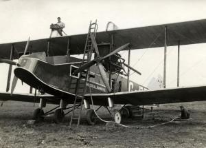 Tanken van een vliegtuig met twee propellers. Schiphol, Nederland, 1927.